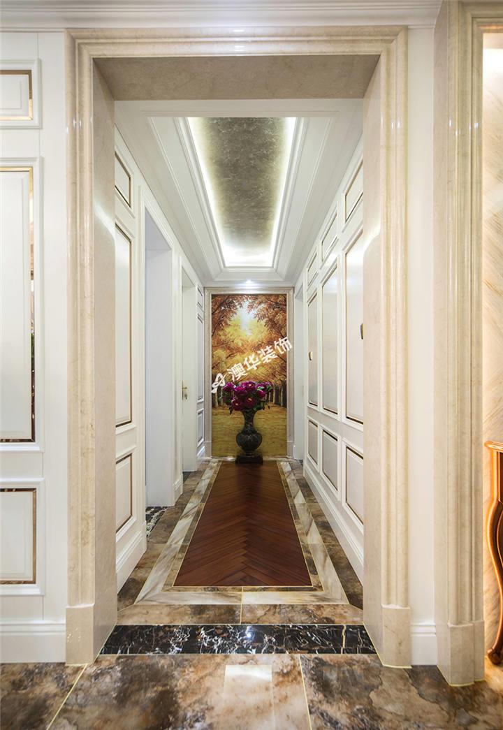 墙面造型延用客厅的石膏线配不锈钢收边线条,与典型欧式床头背形成