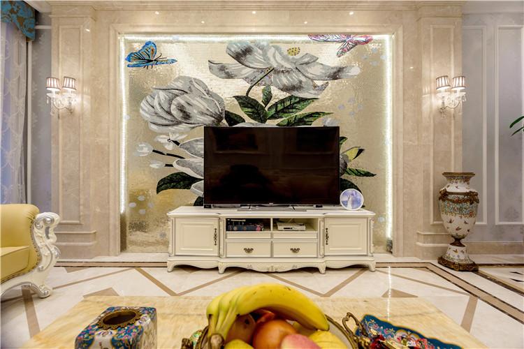 客厅硬装是内敛的奶油色印花墙纸加石膏线框,软装是明亮高调的